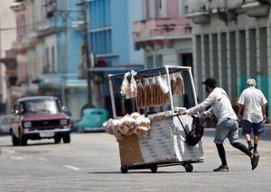 Un vendedor ambulante camina por una calle hoy, en La Habana, Cuba.