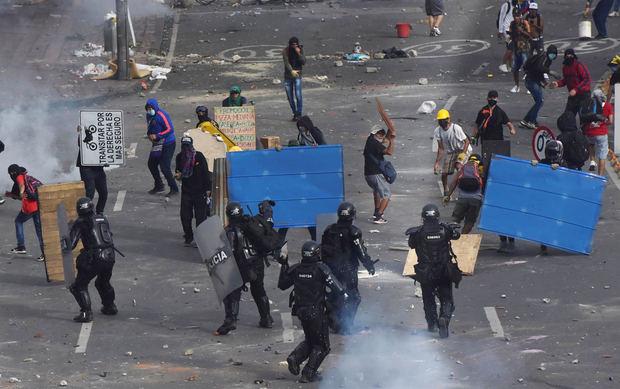 Manifestantes se enfrentan con miembros del Escuadrón Móvil Antidisturbios (ESMAD) durante las protestas, el 3 de mayo de 2021, en Cali, Colombia.