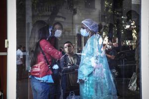 Una enfermera trabaja hoy en una zona de urgencias por covid-19 de una clínica de Buenos Aires, Argentina.