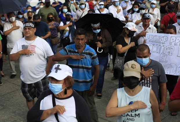 Salvadoreños protestan contra las acciones de Bukele en dos años de gestión