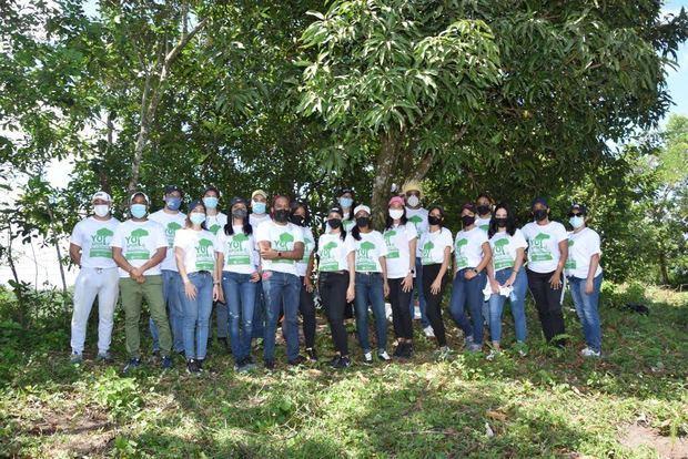Voluntarios a la Jornada de Reforestación de la Cámara de Comercio de Santo Domingo.