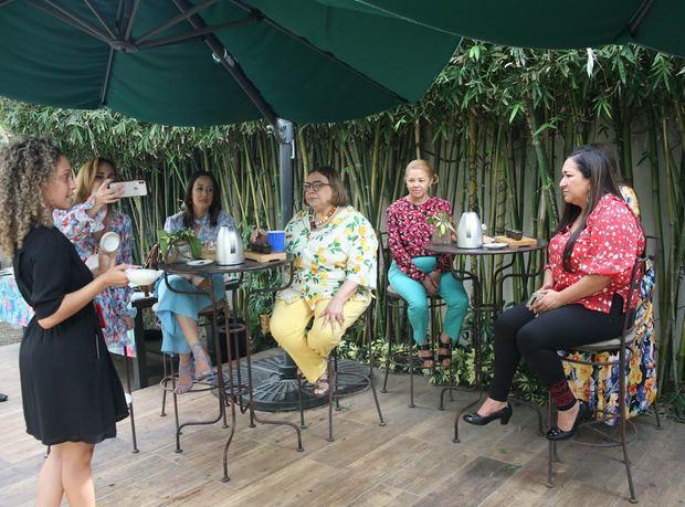 La especialista en té María Rodríguez, certificada WTA, mientras explica a las cronistas sobre la cultura del té.