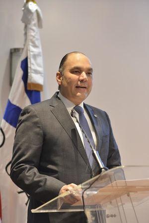 Enrique A. Ramírez, director general de Aduanas, pronuncia las palabras central del acto de reconocimiento en el Día Internacional de las Aduanas.