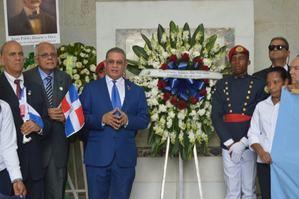 En el centro, el presidente del Instituto Duartiano, Wilson Gómez Ramírez, interviene en la ofrenda floral, acompañado de directivos del organismo.