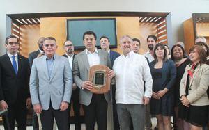 Alcalde Collado recibe reconocimiento de la Asociación de Hoteles de Santo Domingo.