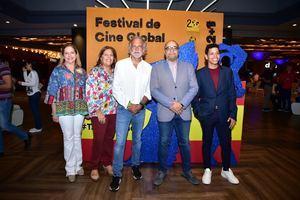 El cineasta Paco Arango dona US$ 25 mil dólares a la Fundación Amigos Contra el Cáncer Infantil.