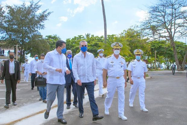 David Collado, Presidente Luis Abinader y vicealmirante Ramón Gustavo Betances Hernández.
