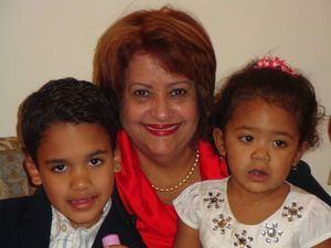 Verónica Sención junto a sus nietos.