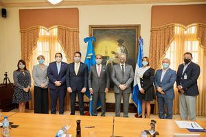 Miembros de Seguros Reservas que respalda a familias beneficiarias del Plan Nacional de  Viviendas Familia Feliz.