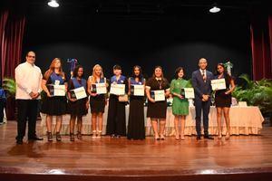 Grupo de graduados reciben sus títulos de bachiler.