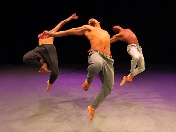 Blackbird, bailarines Erick Roque, Jonás Padilla y Hendel Herrera, coreografo Orestes Amador.