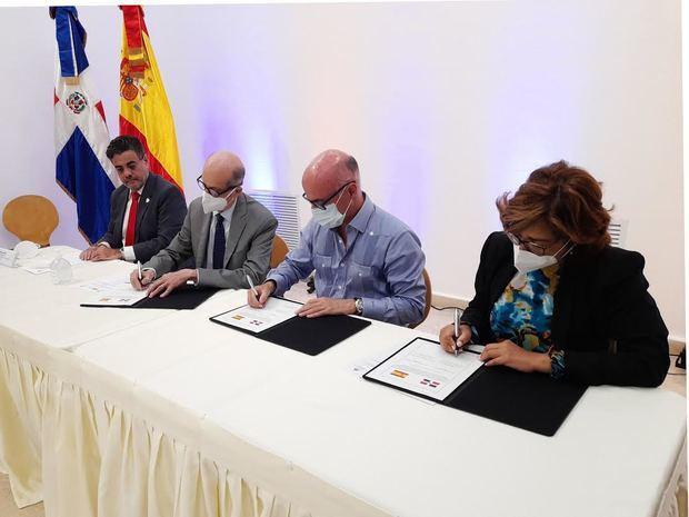 Durante la firma del acuerdo.