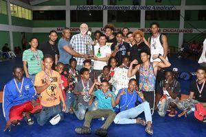 Antonio Acosta, presidente de la Federación Dominicana de Lucha, entrega el trofeo de primer lugar a la representación de la región Norte.