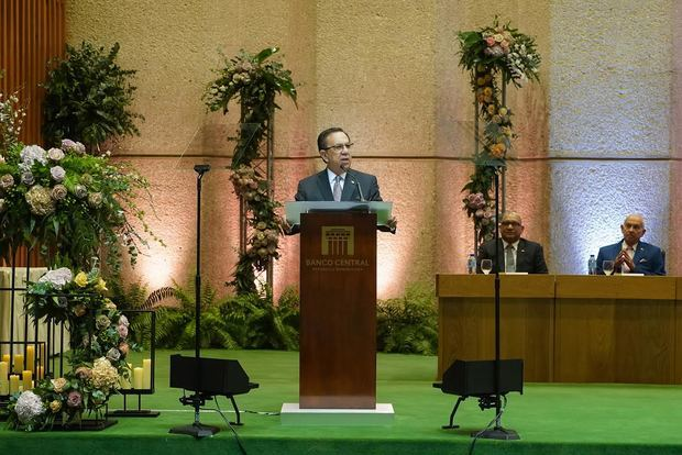 El gobernador del BCRD, Valdez Albizua, expuso su informe sobre la economía en el discurso por el 72° aniversario del BCRD.