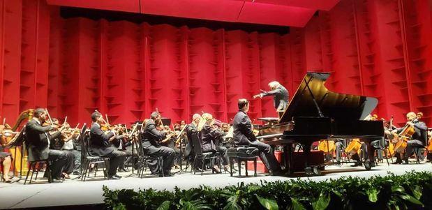 Maestro José Antonio Molina junto a la orquesta Sinfonía Nacional.