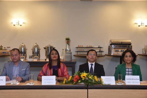 Wu-bin Feng, de la Cámara Domínico China; Rossy Escotto, de la agencia de capacitación china; Xianchun Chen, director de la Oficina de Turismo de la provincia de Hunan, China; Jaroline de la Cruz, coordinadora del departamento de promoción del Ministerio de Turismo.