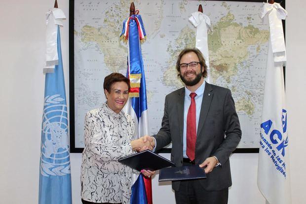 Dra. Florinda Rojas, directora ejecutiva del INM RD y Gabriel Gualano de Godoy, jefe de misión de ACNUR en el país.