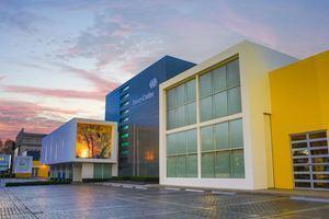 Fachada de la sede central de Banco Caribe, en la avenida 27 de Febrero, en el Vergel.