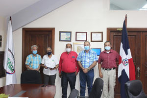 Experto apícola internacional visita al director de Ganadería dominicano.