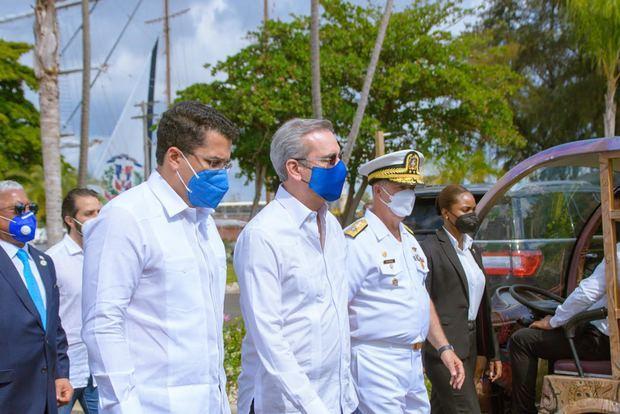 Presidente Abinader entrega junto al ministro David Collado local club oficiales de la Armada Dominicana