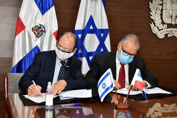 Funcionarios durante la firma del acuerdo.