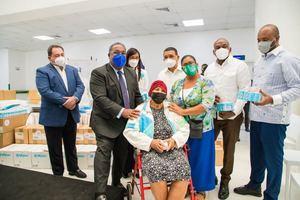 Tony Peña junto a funcionarios y pacientes.