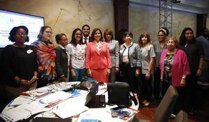 La vicepresidenta Margarita Cedeño junto a representantes de varias instituciones durante el taller en el que se elabora el plan para combatir el matrimonio infantil.