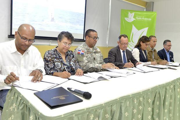 Miembros de las diferentes entidades durante la firma del acuerdo.