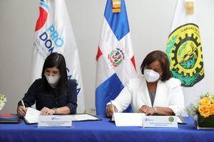 Biviana Riveiro Directora Ejecutiva de Prodominicana y Adela Mercedes Tejada, Presidenta de la Cámara de Comercio y Producción de Monseñor Nouel.