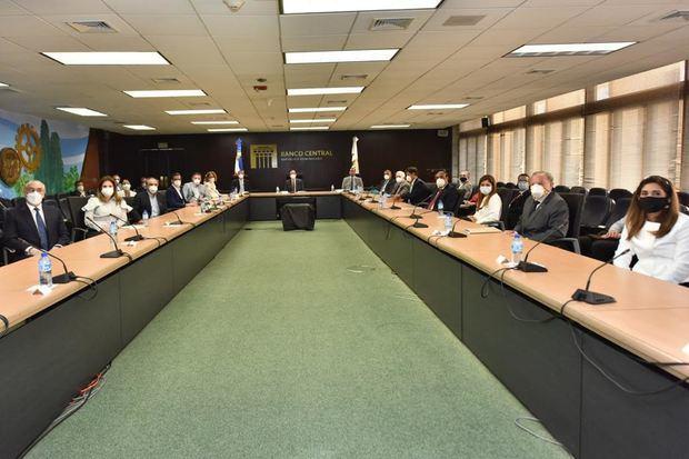 El Gobernador del Banco Central de la República Dominicana, BCRD, Lic. Héctor Valdez Albizu en la reunión con las diferentes entidades.
