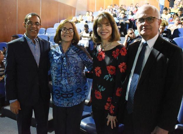 El viceministro Cayo Claudio Espinal y e Basilio Nova, director del CCNG, junto a las hijas del fenecido teatrista Emilio Aparicio.