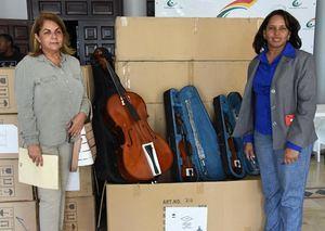 La dirección del Sistema Nacional de Escuelas Libres, representada por Vanesa de la Rosa,  recibe 28 instrumentos parte de  Sorayda Isabel Veras, Encargada de Almacén y Suministro.