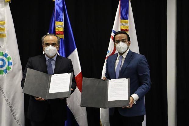 EL CEI-RD firma convenio con la AIRD y colocará Puntos NUVI en sus instalaciones