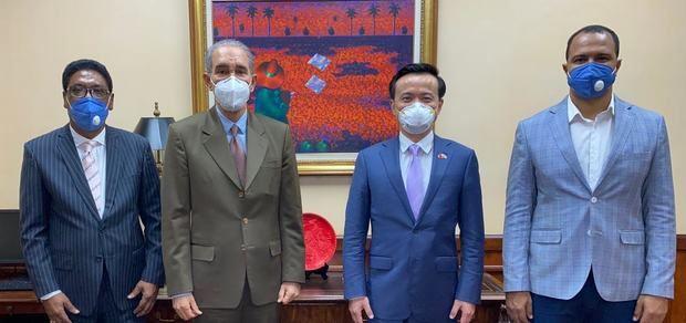 García Fermín y embajador de China analizan seguimiento a programas de becas a estudiantes dominicanos