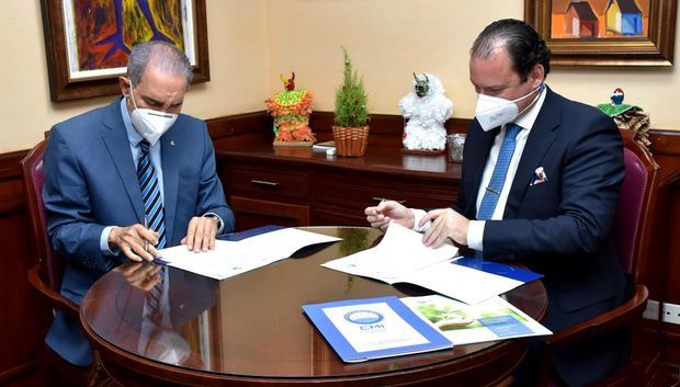 El ministro del MESCYT, doctor Franklin García Fermín, y el presidente del CMI, Rafael García Martín, firmaron el acuerdo que también comprende cursos de capacitación.