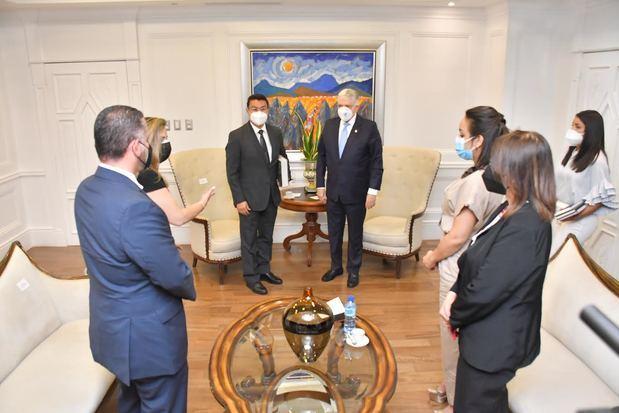 Presidente del Senado recibe a delegación diplomática de Honduras