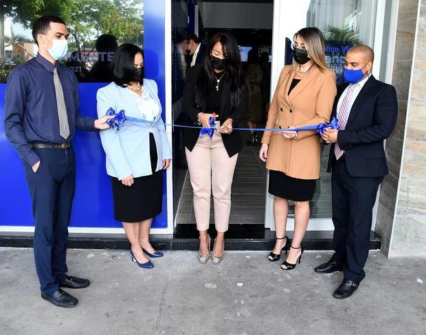 Floralba Mercedes, gerente sucursal realiza corte de cinta, les acompañaban Mónica Ceballos, VP Banca de Personas y ejecutivos de la entidad bancaria.