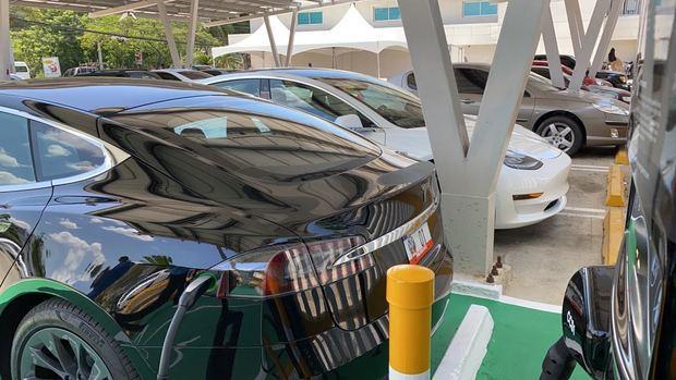El vehículo presidencial eléctrico recargó en la estación de carga Evergo en la sucursal del Popular.