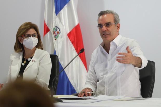 Raquel Peña y el Presidente Abinader quien preside Consejo de Gobierno en SFM y anuncia obras por más de 10 mil millones de pesos.