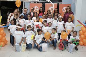 Representantes de Payless y niños de la fundación Aprender y Crecer.