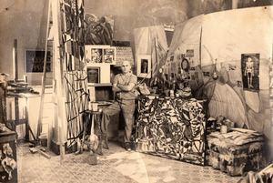 El maestro Paul Guidicelli en su taller, durante un receso en su labor creativa.