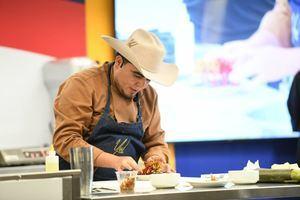 J.Téllez, al momento de la elaboración de los platos tradicionales colombianos.
