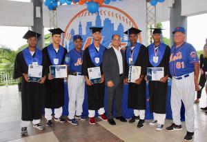 Rafael Landestoy, Juan Genderson y Osvaldo Virgíl junto a los prostectos de los METS graduados de bachiller