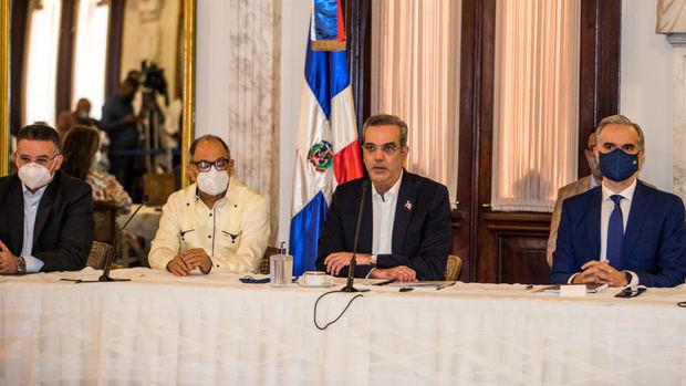 Presidente Abinader crea fondo especial para pagar regalía de empleados en FASE I, por un valor de 2,300 millones de pesos.