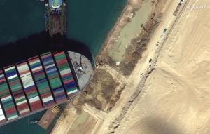 El canal de Suez sigue bloqueado a la espera de que arrastren el Ever Given