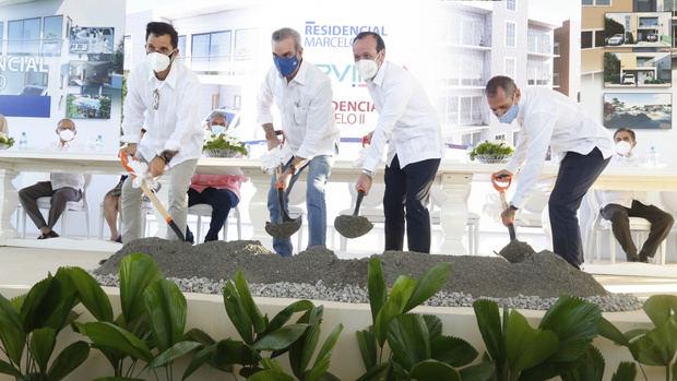 Presidente Abinader asiste a primer palazo e inauguración de dos complejos residenciales en Baní
