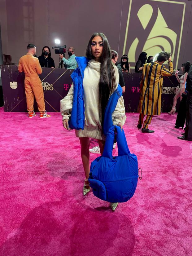 Vestidos largos y elegancia informal dominan la alfombra de los Premios Lo Nuestro
