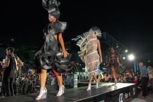 Un desfile de 'instalaciones ponibles' creadas por la cubana Celia Ledón con materiales inusuales despidió oficialmente la exposición The Legacy, que durante seis meses reunió una veintena de obras monumentales del artista plástico español Manolo Valdés en espacios públicos de Doral, ciudad vecina a Miami.
