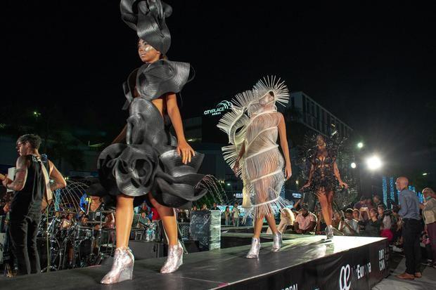 Un desfile de Celia Ledón cierra la exposición de Manolo Valdés en Florida