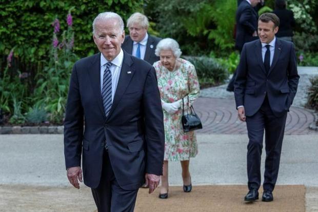 De izquierda a derecha, el presidente estadounidense Joe Biden, el primer ministro británico Boris Johnson, la reina Isabel II y el presidente francés Emmanuel Macron, durante la cumbre del G7 en Carbis Bay, en el Reino Unido.